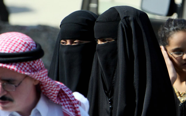 Saudi women wearing the head-to-toe Isla